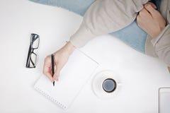 Girl& x27; s ręki writing w notepad Zdjęcie Stock
