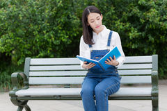 Girl in serious reading Royalty Free Stock Photos