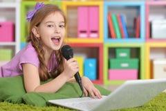 Free Girl Singing Karaoke Stock Photo - 105007050