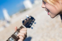 Girl singing while man playing guitar Royalty Free Stock Photography