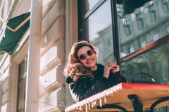 Girl Smiling modelo feliz, al aire libre retrato Imagen de archivo libre de regalías