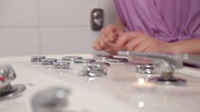Girl Spa de salonarbeider regelt de stroom van water in de hete ton stock footage