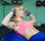 The girl is training in the gym Royalty Free Stock Photos