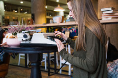 Girl typing on typewriter Royalty Free Stock Photography