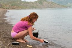 Girl washing dishes Royalty Free Stock Photos