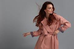 Girl Wearing Fashionable för modemodell kläder i studio stil Fotografering för Bildbyråer