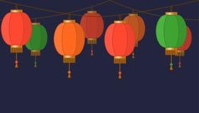 Girland med den kinesiska lyktakedjan, röda asiatiska traditionella pappers- lampor på mörk bakgrund, felika ljus, footeren och b stock illustrationer