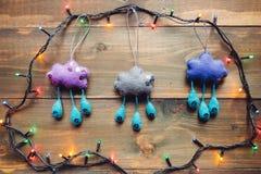 Girland och handgjorda julleksaker på trätabellen Fotografering för Bildbyråer
