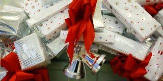 Girlanda Christmas pakować i dzwon fotografia royalty free