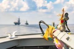 Girlanda i 3 kolor świętej tkaniny uwielbiać bogini statek przy łękiem statek wojenny obraz stock