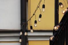 Girlanda lamp ukwiecenia z wysokiego metalu ogrodzeniem który otacza kościół obraz stock