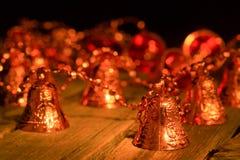 Girlanda od genialnych ręka dzwonów na stole Obraz Stock