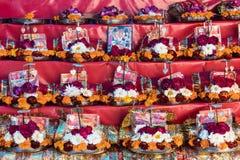 Girlanda od pomarańczowych i białych kwiatów Obrazy Royalty Free