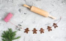 Girlanda Piernikowego mężczyzny przędzy Jedlinowego drzewa śniadanio-lunch ciasta bożych narodzeń Czerwony pojęcie zdjęcia stock