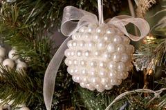 Girlande auf einem Weihnachtsbaum Stockfotografie