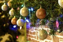 Girlande auf einem Weihnachtsbaum Stockbild