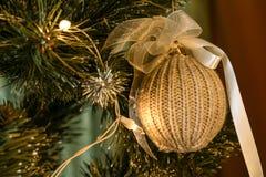 Girlande auf einem Weihnachtsbaum Stockfoto
