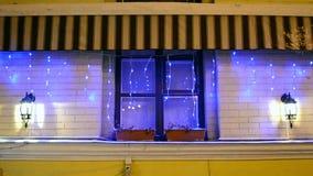 Girlande auf verziertem Fenster, moderne Technologie, Beleuchtung, stock video