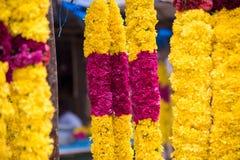 Girlande der Ringelblume kombinierte mit stieg in den Markt Stockfotos