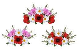 Girlande drei von den Mohnblumen, von Gänseblümchen, von Malven und von Gras lokalisiert auf Weiß lizenzfreie abbildung