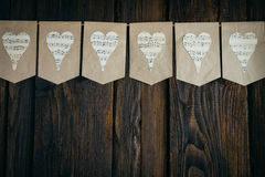 Girlande mit Herzen auf einem braunen Hintergrund Lizenzfreie Stockbilder