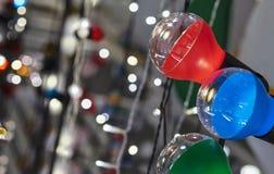 Girlande mit mehrfarbigen Lampen auf dem Hintergrund eines schönen bokeh lizenzfreie stockfotos