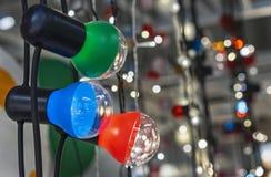 Girlande mit mehrfarbigen Lampen auf dem Hintergrund eines sch?nen bokeh stockbild
