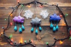 Girlande und handgemachte Weihnachtsspielwaren auf dem Holztisch Lizenzfreies Stockfoto