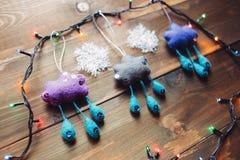 Girlande und handgemachte Weihnachtsspielwaren auf dem Holztisch Stockfotos
