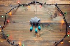 Girlande und handgemachtes Weihnachten spielen auf dem Holztisch Lizenzfreies Stockfoto