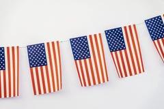 Girlande von amerikanischen Flaggen der rechteckigen Form auf hellem Hintergrund, Fahnendesign Fest, Stadtstraßenfeiertag stockfotos