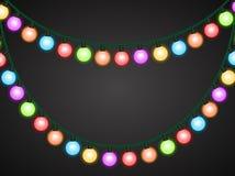 Girlande von bunten glühenden Glühlampen Auf einem dunklen Hintergrund stock abbildung