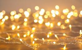 Girlande von gelben Lichtern Verwischen des Hintergrundes Lizenzfreie Stockbilder