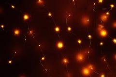 Girlande von glühenden Laternen auf der Wand Stockbild