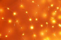 Girlande von glühenden Laternen auf der Wand Lizenzfreies Stockfoto