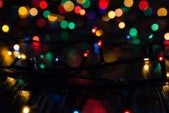 Girlande von mehrfarbigen Lichtern Unschärfe, Hintergrund Lizenzfreies Stockfoto