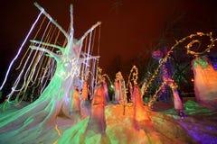 Girlanden hängen am Fairy-tale Baum und den Zargeglocken Lizenzfreies Stockbild