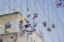 Girlanden und Dekorationen auf der Straße in Moskau stockfotos