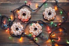 Girlanden- und Weihnachtsplätzchen auf dem Holztisch Lizenzfreie Stockfotografie