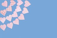 Girlanden von den zarten rosa Herzen gemacht vom Papier Lizenzfreies Stockbild