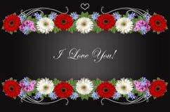 Girlanden von Gerberas, von Singrün und von Flammenblume mit auf gestreiftem schwarzem Hintergrund ich liebe dich grüßen Lizenzfreie Stockfotografie