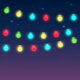 Girlanden von varicoloured Glühlampen gegen Nachtsternenklaren Himmel lizenzfreie abbildung