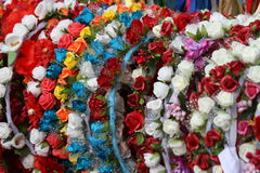 Girlander och kransar av blommor som dekorerar huvudet och håret av Royaltyfria Foton