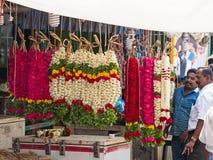 Girlander som är till salu i en indisk marknadsplats Arkivfoto