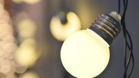 Girlandslut för ljusa kulor upp Elektriskt kulasken som hänger på väggen som garnering för ferieslut upp arkivfoton