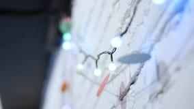 Girlandslut för ljusa kulor upp Elektriskt kulasken som hänger på väggen som garnering för ferieslut upp stock video
