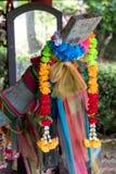 Girlandy sfałszowani kwiaty z barwionym płótnem na drewnianym łódkowatym hea zdjęcie royalty free