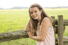 Girlclose adorabile ad un recinto il bello giorno di molla Bambino divertendosi all'aperto di estate Fotografia Stock Libera da Diritti