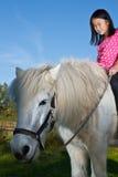Girld met een wit paard Royalty-vrije Stock Foto