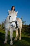 Girld met een wit paard Stock Afbeelding